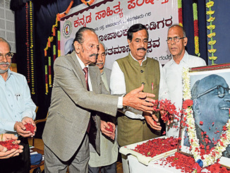 Kannada Sahitya Parishattu President Manu Baligar along with Gopalakrishna Adiga's son Dr M G Pradyumna, writer Nissar Ahemad, poet N S Lakshminarayan Bhat and KSP treasurer P Mallikarjunappa pays floral tribute to Gopalakrishna Adiga at the celebration of his birth centenary, organised by the KSP in Bengaluru on Saturday. -Photo/ AB